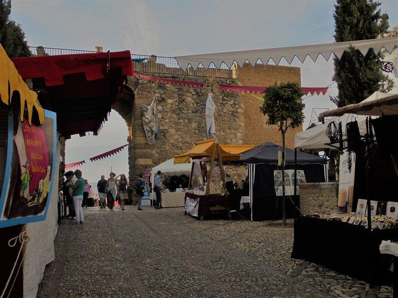 Feria Medieval provienen de toda España para vender sus productos. Como de costumbre, una gran paella está hecha.