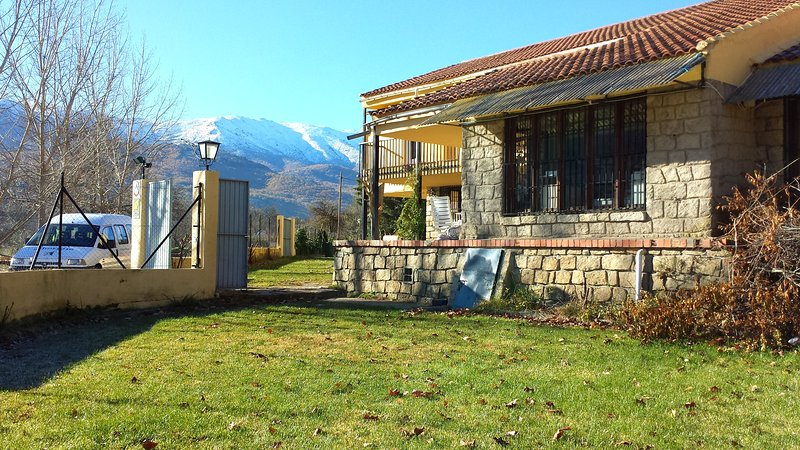 Amazing house with mountain view, holiday rental in Piedralaves