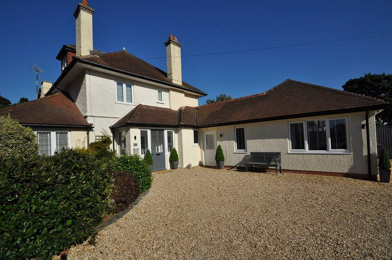 7 Bedroom Contemporary Home Near Southbourne Beach, holiday rental in Bournemouth