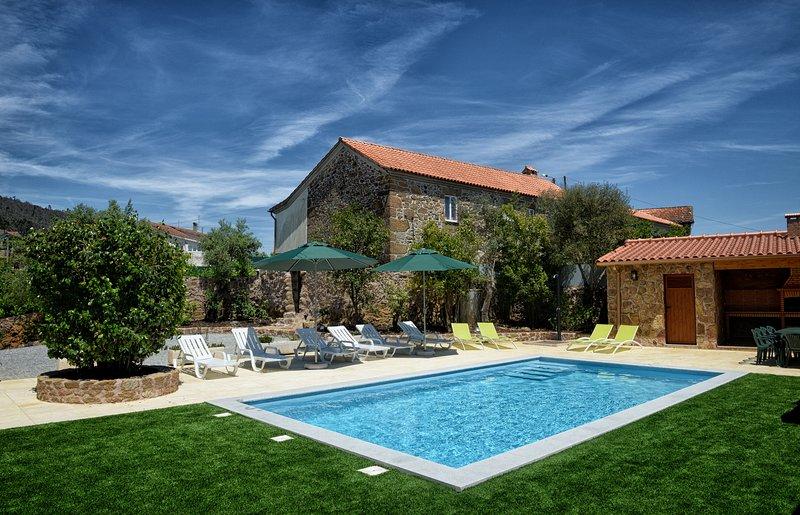 Big villa with swimming-pool & Wifi, location de vacances à Varzea