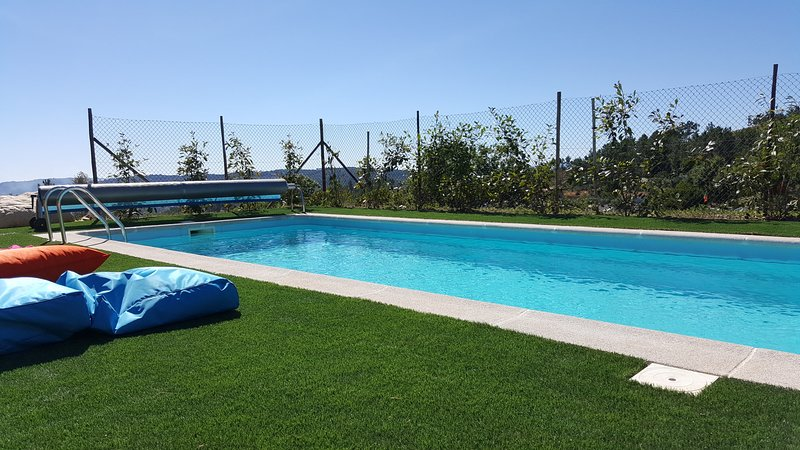 Amazing bungalow with shared pool, aluguéis de temporada em Sazes da Beira