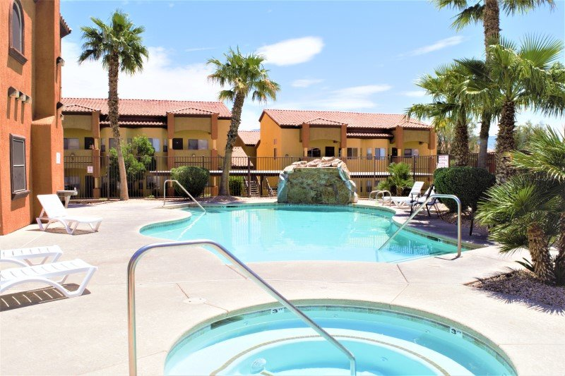 Pet Friendly Condo with Shared Pool & On-Site Gym, holiday rental in Mesquite