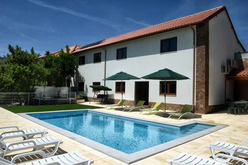 Amazing villa with swimming-pool, location de vacances à Varzea
