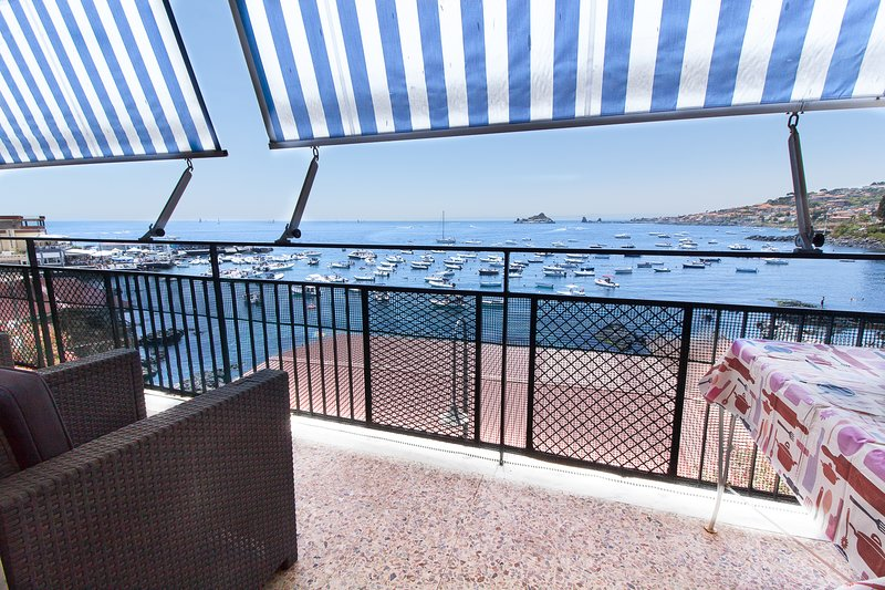 LA TERRAZZA DI CAPOMULINI Casa vacanze panoramica sul mare ai piedi dell'Etna, location de vacances à Capo Mulini