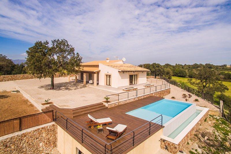 Moderne, familienfreundliche Finca in Muro mit Infinity-Pool, holiday rental in Muro