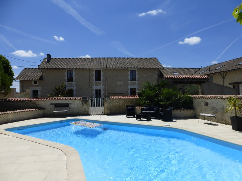 Chez Furet, Luxury French Country House (pool / 5 bed / 3.5 bath / sleeps 11-14), vacation rental in Barbezieux-Saint-Hilaire