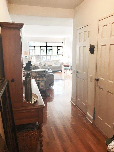 Juste après la cuisine, sur la droite en entrant est le couloir vers le salon.
