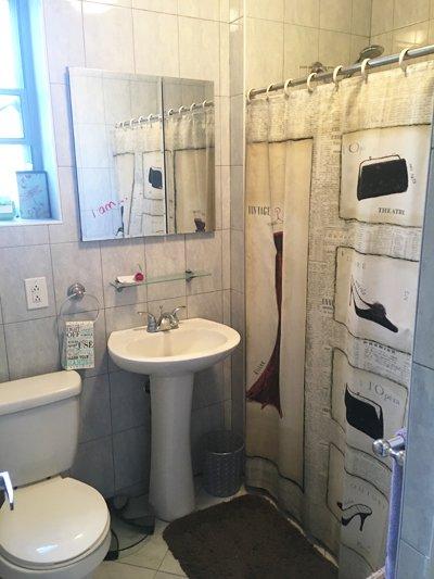 Salle de bain avec fenêtre a une douche et une baignoire pour votre préférence.