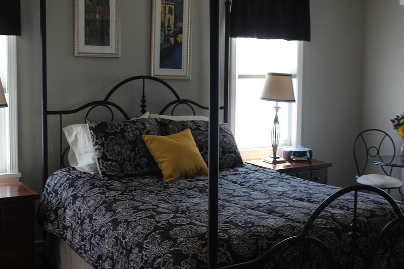 The Provence Room In Villa Bianca Bed and Breakfast, location de vacances à Rushville