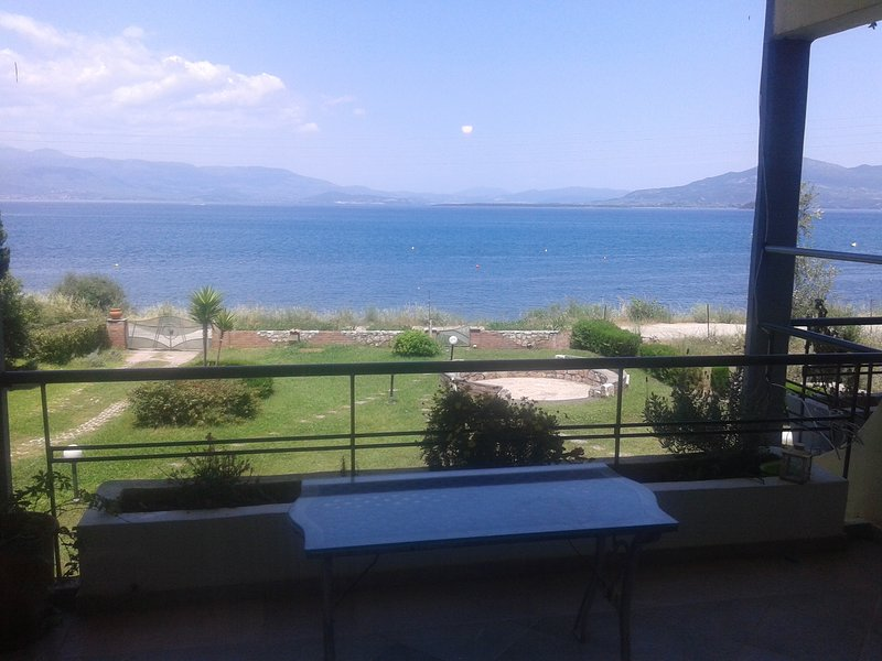Sunny 1st floor apartment by the sea    MARE e MONTI, holiday rental in Polidrosos