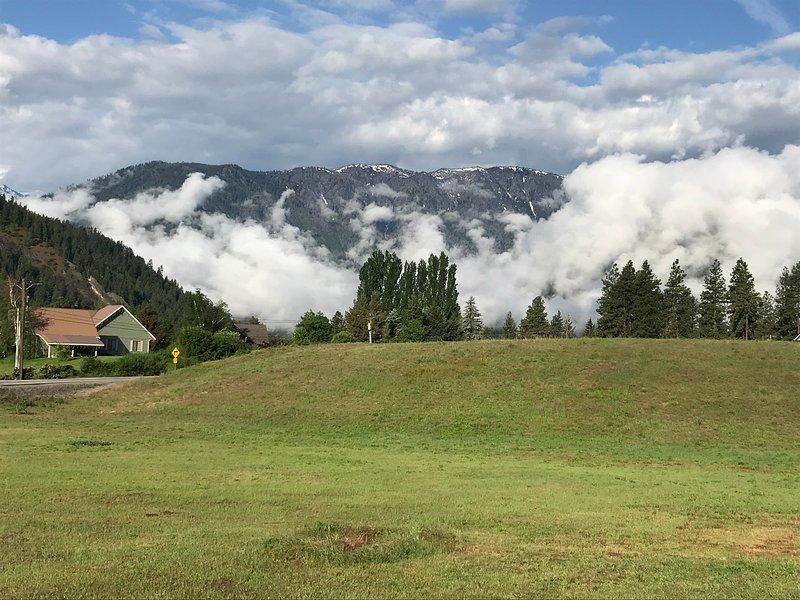 Une vue de White Weasel Lodge en été