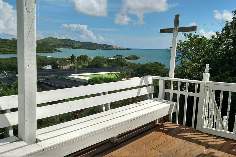 2 Bedroom House With Beautiful Water Views. Beach Accessories & WiFi Included, holiday rental in Culebra