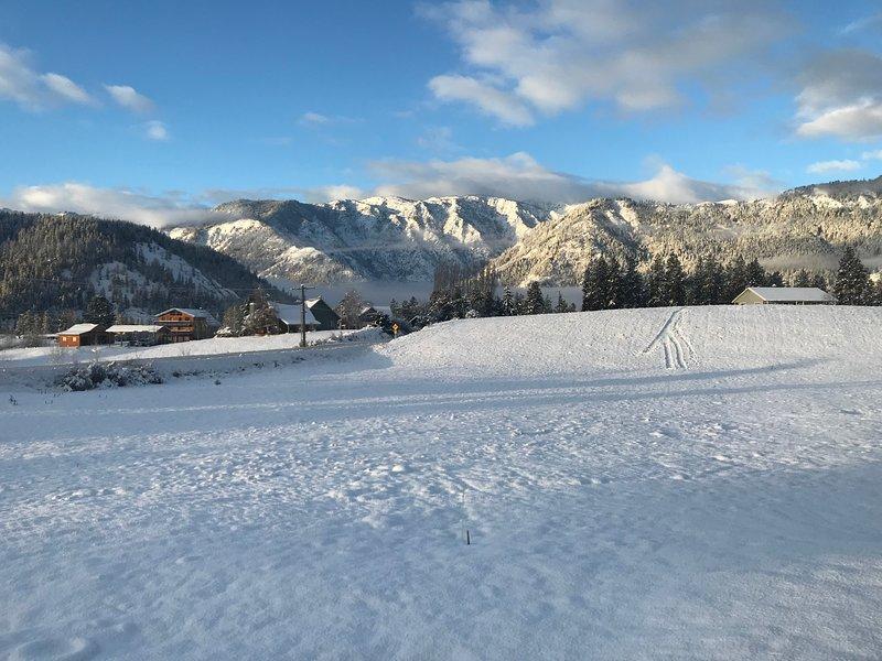 Une vue de White Weasel Lodge en hiver