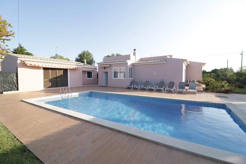 Spacious villa with swimming-pool, holiday rental in Estombar