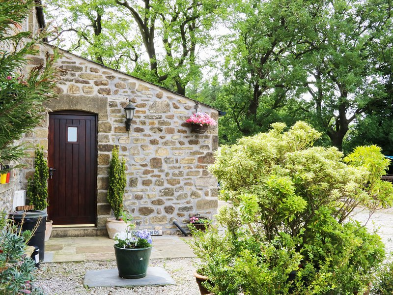 WOODLANDS, pet-friendly, woodburning stove, beautiful garden, in Wigglesworth, holiday rental in Bolton by Bowland
