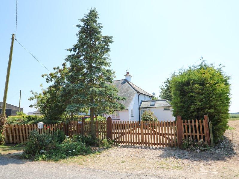 GRANGE FARM COTTAGE, semi-detached, two woodburners, pet-friendly, WiFi, holiday rental in Wisbech Saint Mary