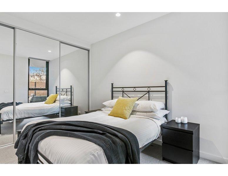 Dormitorio principal con armario con espejo