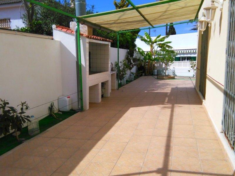Big house near the beach & terrace, alquiler vacacional en Calabardina