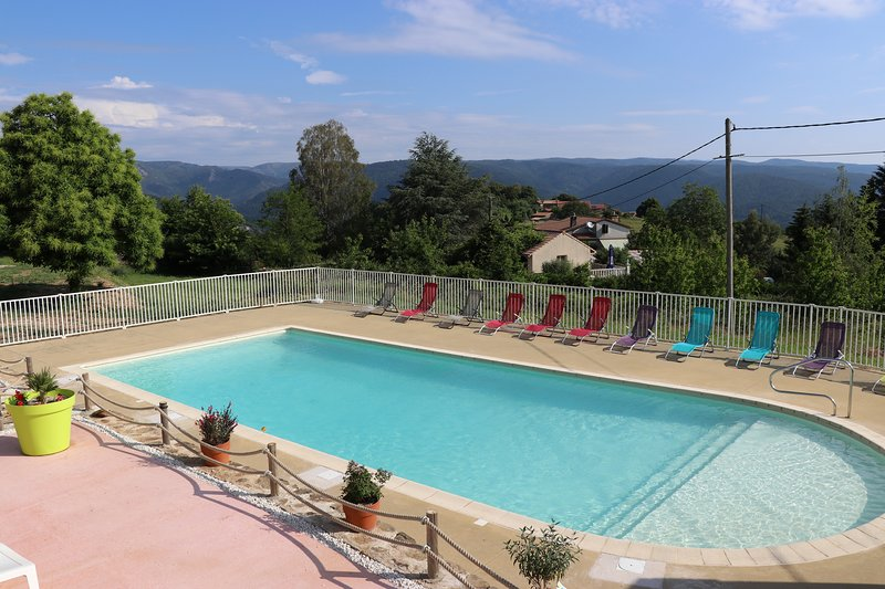 Amazing chalet with shared pool, alquiler vacacional en Aujac