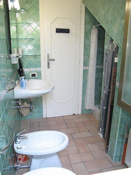 BATHROOM-FULL SHOWER WITH CLOSETS LETTINI, SDRAIO AND UMBRELLA FOR BEACH