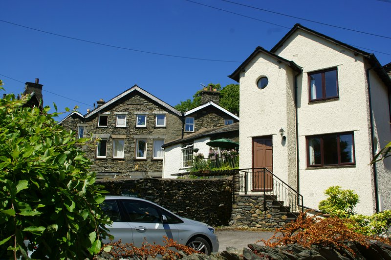 Caxton Cottage - a detached house with parking in centre of Windermere village, vakantiewoning in Windermere