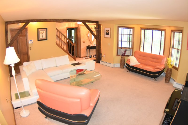 7.5 Acres Private Estate, 20x40 Inground Pool W/6 person Hot Tub & Game Room!, holiday rental in Pocono Mountains Region