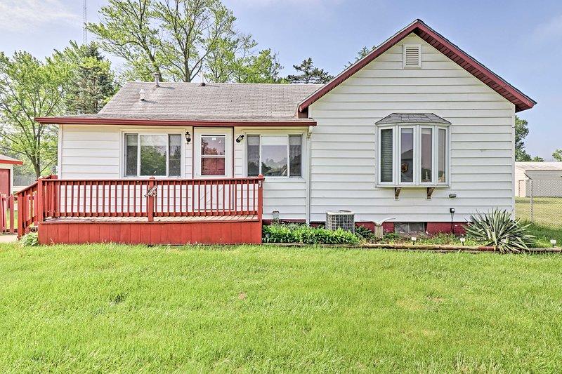 ¡Haga de esta casa actualizada de Sawyer su próximo destino vacacional en Lake Michigan!