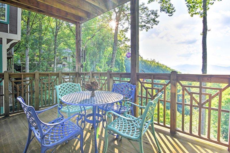 Descanse en la terraza amueblada para respirar aire fresco.