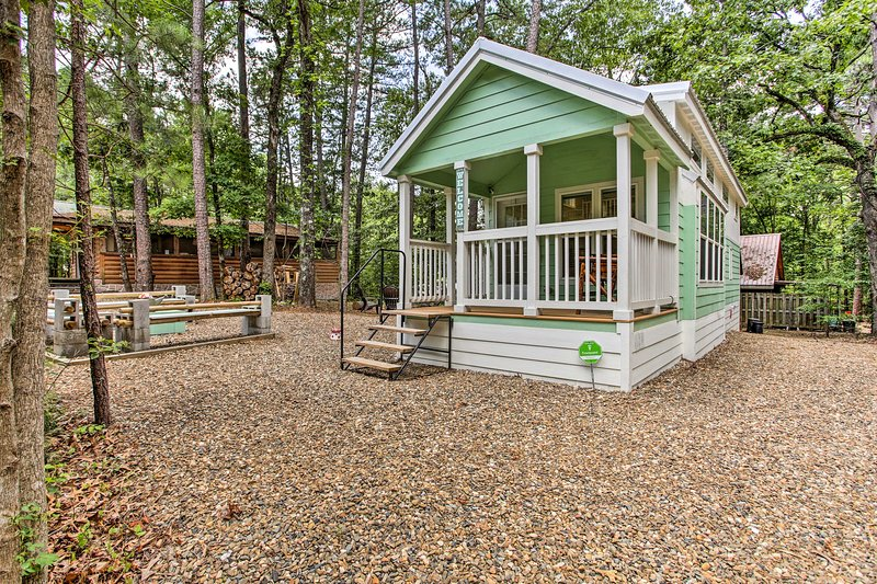 'Forest Gem' Broken Bow Cottage w/Porch & Fire Pit, vacation rental in Hochatown