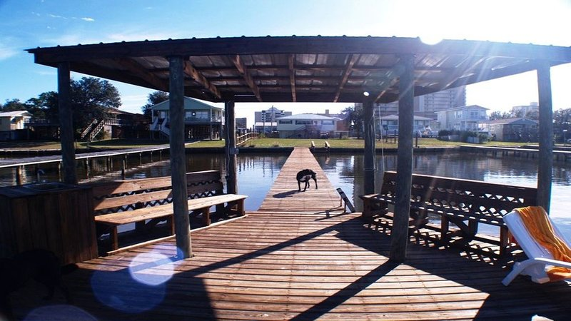 Salty Dog Waterfront, Pet Friendly with a POOL, holiday rental in Gulf Shores