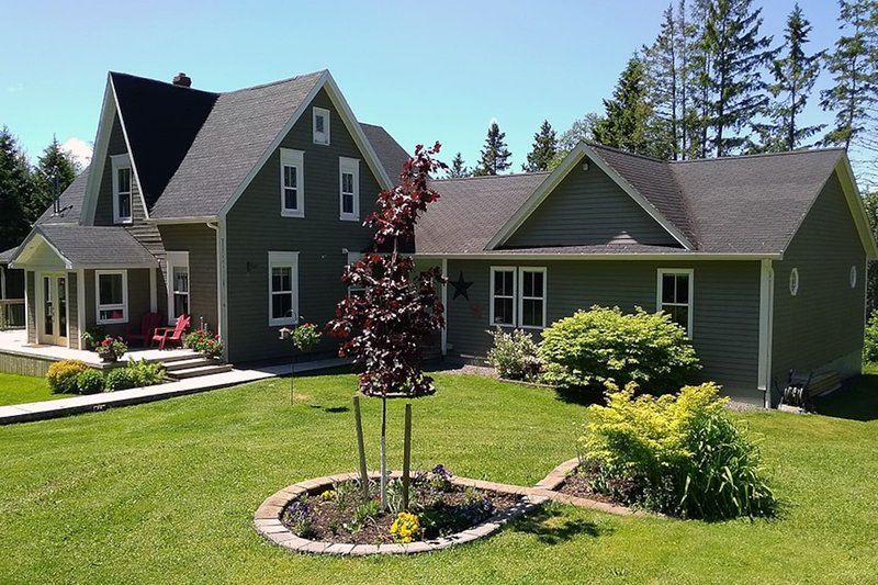 Brookside Manor- 3 bdrm vacation home with pool, deck, bicycles, wifi & more!, holiday rental in Victoria