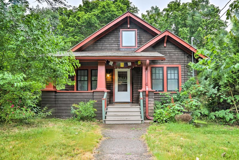 This 3-bedroom, 1-bath vacation rental house is the perfect Palenville getaway!
