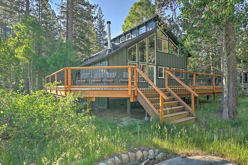Lodge-Style South Lake Tahoe Home w/Forest Views!, casa vacanza a Markleeville