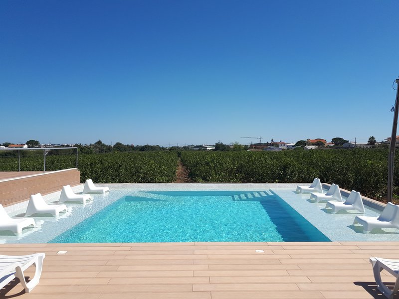 Amazing house with shared pool, alquiler vacacional en Gambelas