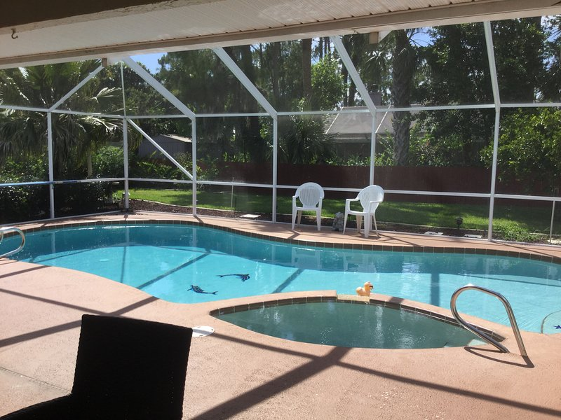 Relajarse lado de la piscina