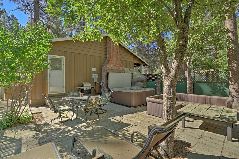 This South Lake Tahoe home boasts 3 bedrooms, 2.5 bathrooms and space for 8!