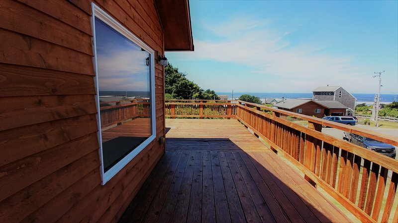 Cape Hideaway modern beach house with nice ocean views , short walk to the beach, holiday rental in Cape Meares