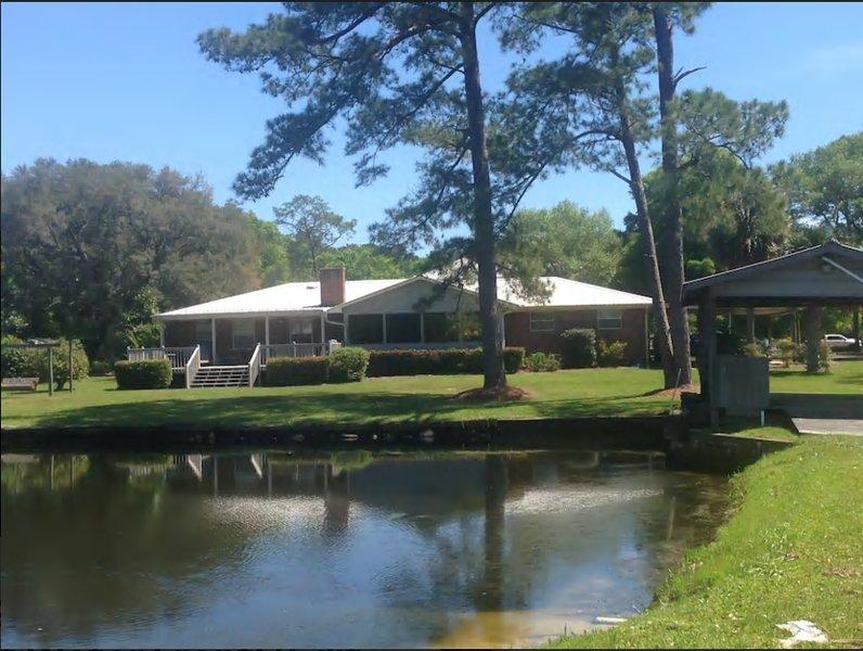Vista del estanque y la casa desde el río