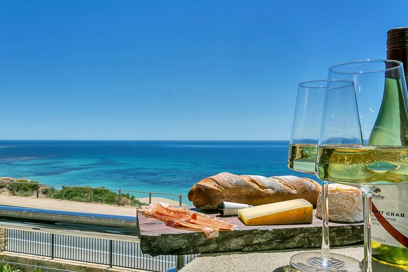 The Jetty, Port Willunga - Blanche Suite. A luxury beachfront couple's suite., location de vacances à Maslin Beach
