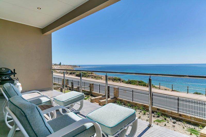 Vistas al balcón con vistas a Port Willunga y las hermosas aguas del Golfo de San Vicente. Weber Q suministrado