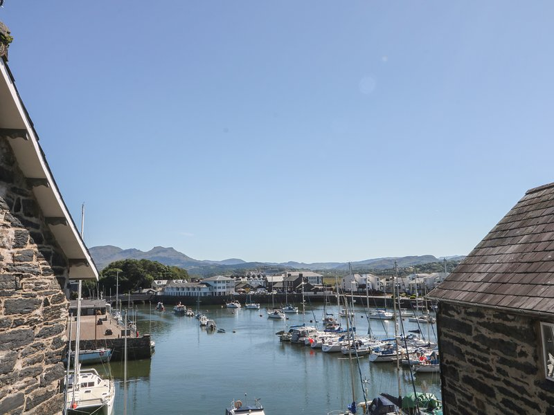 CNICHT VIEW, views of Porthmadog harbour and Snowdonia, in Porthmadog,986554, holiday rental in Porthmadog