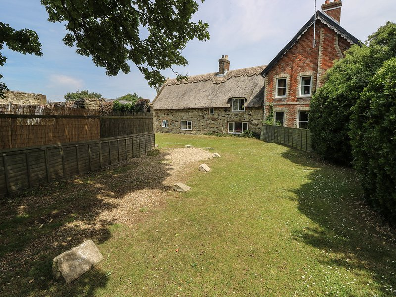 HILL FARM COTTAGE, pet friendly, character holiday cottage, with a garden in, vacation rental in Freshwater