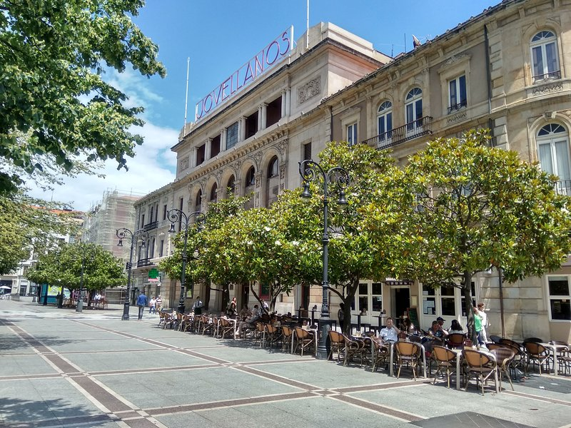 The legendary Café Dindurra and the Jovellanos Theater, just 150 meters from the accommodation.