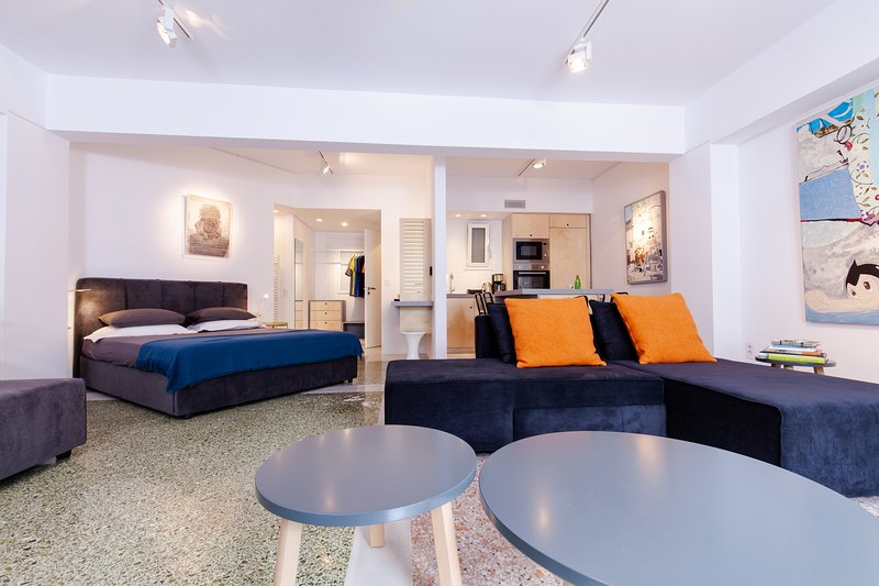 Vouliagmeni art micro-loft/Open space studio, vacation rental in Varkiza