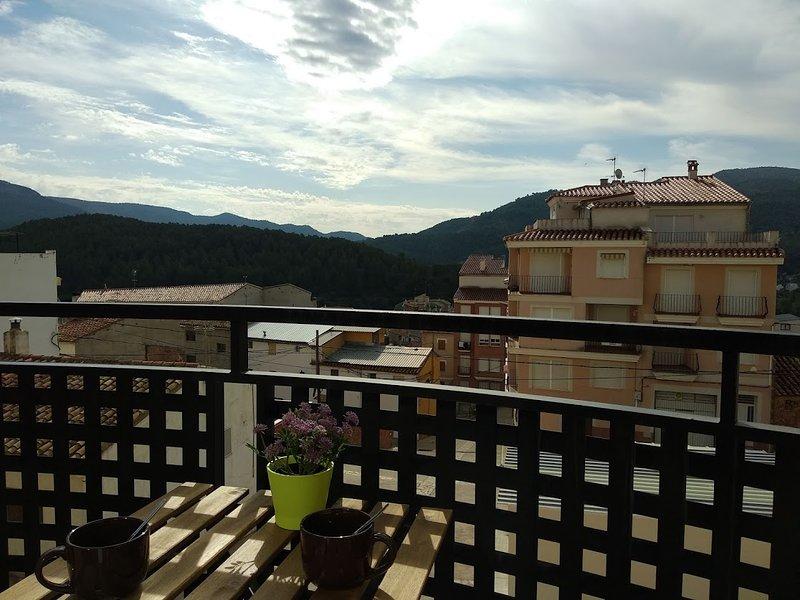 PISO NUEVO COMPLETAMENTE EQUIPADO EN PLENA MONTAÑA EN MONTANEJOS, holiday rental in Rubielos de Mora