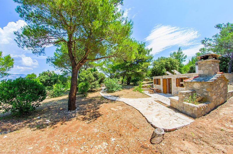 Robinson cottage for 4 - near the beach, surrounded with pine trees, vacation rental in Povlja
