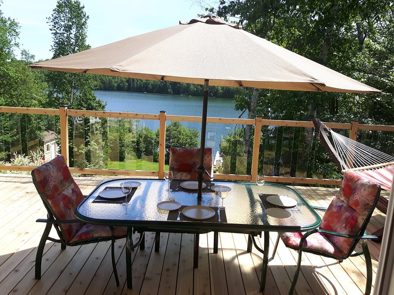 Au Bonheur du Lac Paré!  Cozy Waterfront Cottage with Private Hot Tub (327842), location de vacances à Notre-Dame-de-la-Merci