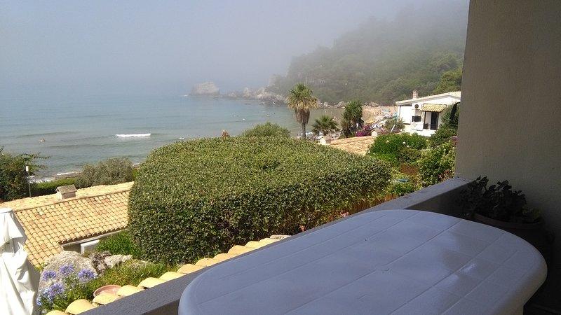 Menigos resort 32 UPPER FLOOR  - 30 m from the beach -, casa vacanza a Glyfada