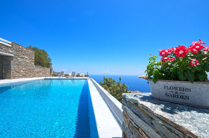 Villa Helios - spacious villa with infinity pool, holiday rental in Loutra