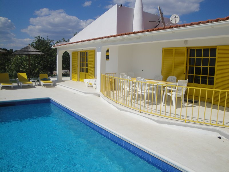 Spacious villa with swimming-pool, holiday rental in Ferreiras